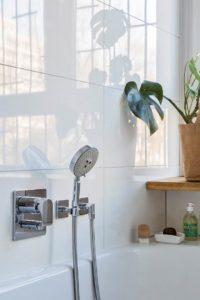 łazienka w bloku łazienka z oknem projekt łazienki architekt Jacek Tryc dobry projekt łazienki bateria wanna rośliny w łazience