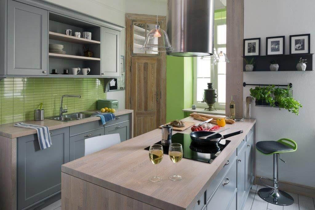 klasyczna kuchnia mieszkanie w kamienicy szara kuchnia meble kuchenne projektowanie wnętrz architektura wnętrz apartament na Mokotowie ładne wnętrza piękna kuchnia szara kuchnia