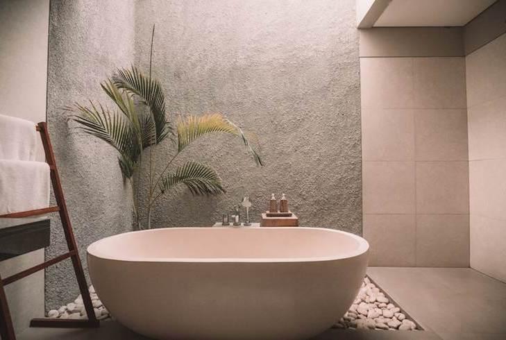 ładna łazienka wanna wolnostojąca beton w łazience rośliny w łazience projektowanie wnętrz architekt wnętrz warszawa ekluzywne wnętrza luksusowe wnętrza architekt dla wymagających projekty inne niż wszystkie solidny architekt wnętrz Warszawa