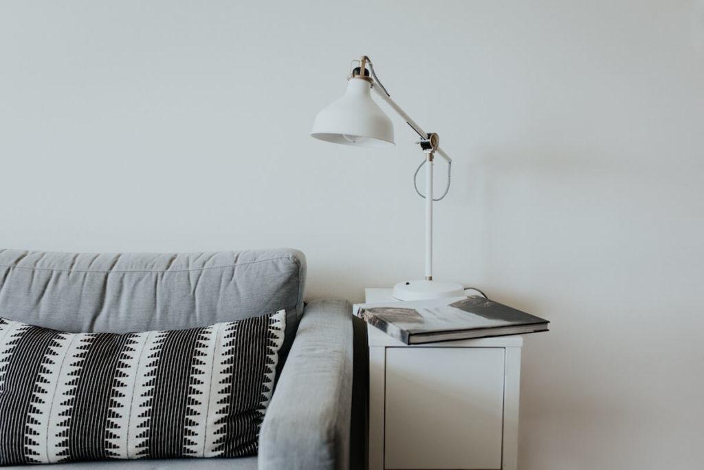 wygodne siedzisko i dobre oświetlenie wieczór z książka biała szafka