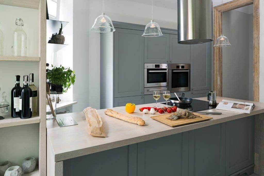 klasyczna kuchnia mieszkanie w kamienicy szara kuchnia meble kuchenne projektowanie wnętrz architektura wnętrz apartament na Mokotwie ładne wnętrza piękna kuchnia szara kuchnia