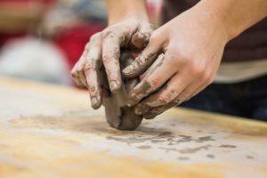 lepienie z gliny twórca i tworzywo praca rąk