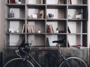 wabi-sabi regał z drewna szukan dobrego architekta luksusowe projekty wnętrz aranżacja domów i mieszkań dobry architekt Jacek Tryc wnętrza z charakterem klimatyczne mieszkania blog architektura design