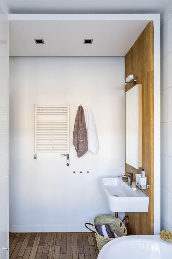 aranżacja łazienki bloku drewno w łazience drewniana podłoga w łazience architekt wnętrz projektowanie wnętrz Warszawa realizacje pod klucz projekt mieszkania luksusowy apartament Warszawa Jacek Tryc