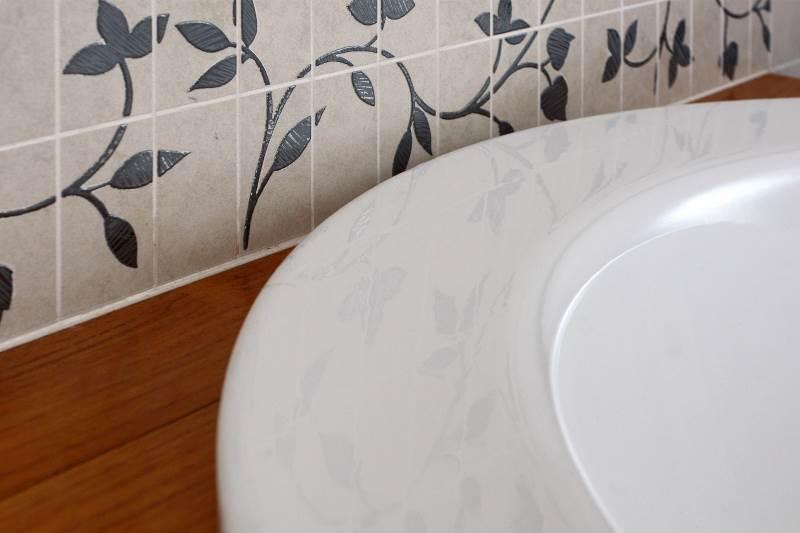 płytki w kwiaty drewniana zabudowa wanny aranżacja łazienki Jacek Tryc projektowanie domów projekt wnętrz aranżacja wnętrz architekt wnętrz ciekawe rozwiązania do łazienki szukam architekta