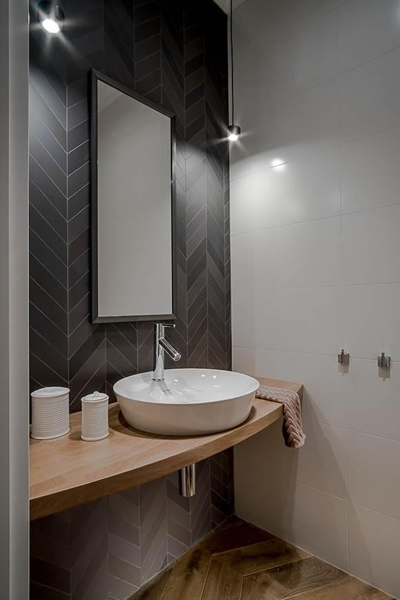 aranżacja małej łazienki dla gości łazienka przy salonie projekt łazienki najładniejsze łazienki płytki do łazienki drewno w łazience projektant wnętrz Warszawa pracownia projektowania mieszkań kompleksowe projekty wnętrz projekty pod klucz luksusowe projekty Jacek Tryc architekt