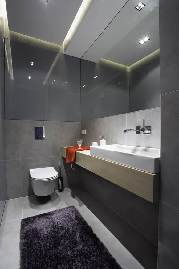 aranżacja małej łazienki szare płytki i drewno połączenie Jacek Tryc architekt wnętrz projekt łazienki projekt domu aranżacja wnętrz Warszawa dobry architekt pracownia projektowania wnetrz