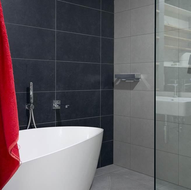 szara łazienka męska łazienka minimalizm aranżacja projektowanie wnętrz pracownia projektowa Warszawa