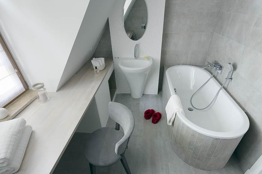 szara łązienka monochromatyczna wanna łazienka na poddaszu toaletka w łazienka ładna łazienka projekt ładnej łazienki