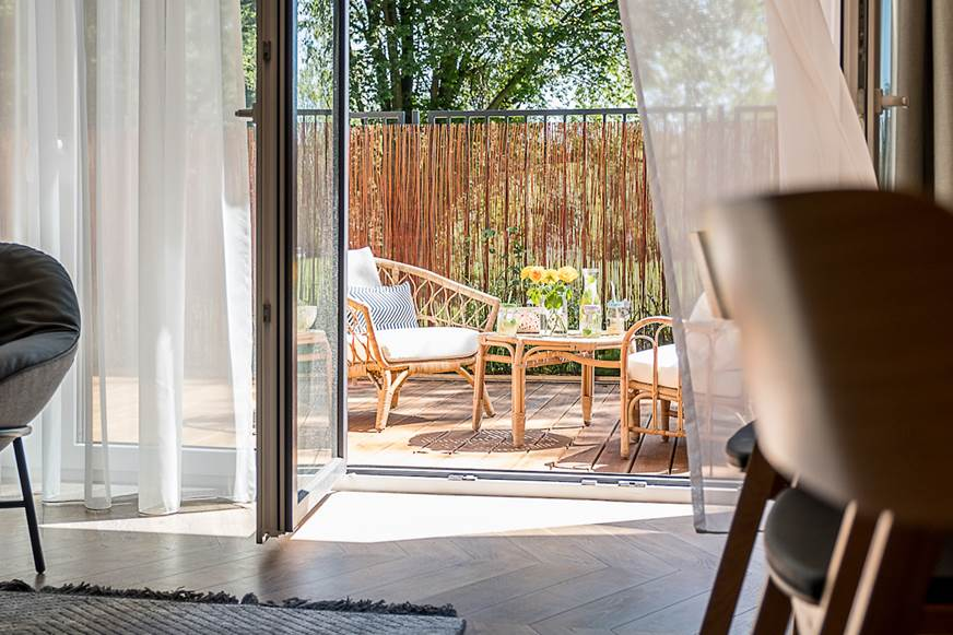 Taras przydomowy apartament na Bielanach meble ogrodowe ratan ogrodzenie tarasu aranżacja tarasu projekt domu Jacek Tryc architekt