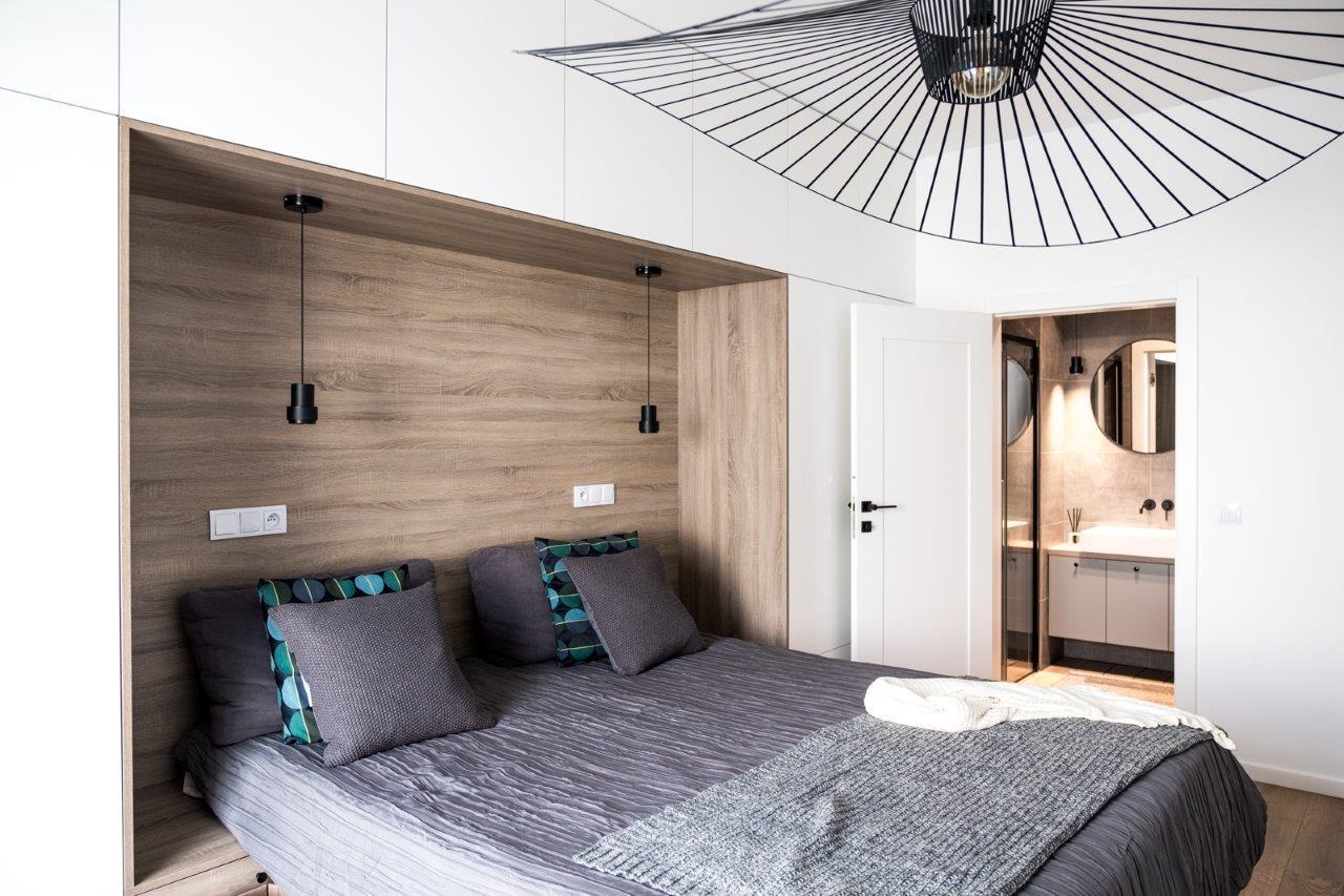 Apartament na Bielanach Warszawa lampa do sypialni łazienka przy sypialni meble do sypialni meble na wymiar