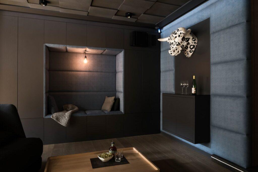 sala kinowa w domu Jacek Tryc architekt wnętrz papierowa rzeźba  karnawał 2021